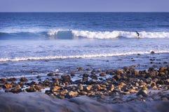 Côte des vagues de Malibu, de Californie, des roches et de plage Photographie stock libre de droits