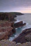 Côte du nord d'île de Skokholm au phare Photographie stock