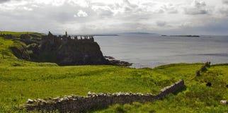 Côte du nord d'Antrim de château de Dunluce Photos stock