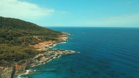 Côte du nord de Skopelos d'île de la Grèce banque de vidéos
