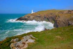 Côte du nord des Cornouailles de côte de Trevose de phare cornouaillais rocailleux de tête entre Newquay et Padstow Image stock