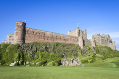 Côte du Northumberland de château de Bamburgh Photo stock