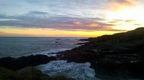 Côte Est de coucher du soleil rocheux de rivage de l'Ecosse - photographie de téléphone portable photos stock
