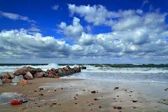 Côte et cumulus baltiques Image stock