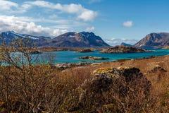 Côte et montagnes, ressort, Lofoten Image stock