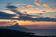 Côte grecque de mer Égée au lever de soleil près de la montagne sainte Athos Photo stock