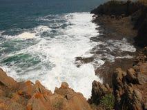 Côte la Mer Noire et roches d'origine volcanique Photographie stock