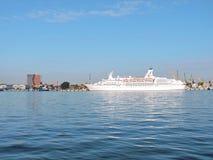 Côte Luminosa de bateau de croisière Photo stock