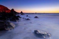 Côte rêveuse de la Californie au coucher du soleil image stock
