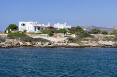 Côte rocheuse et maisons blanches en île d'Antiparos images libres de droits