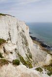 Côte sud blanche de falaises de la Grande-Bretagne, Douvres, endroit célèbre pour les découvertes archéologiques et la destinatio Images libres de droits