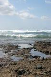 Côte volcanique d'océan avec les vagues et le ciel bleu Photo libre de droits
