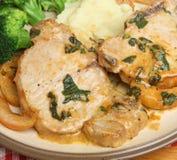 Côtelette de porc cuite avec Apple et la sauge Photo stock