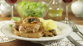 Côtelette de porc frite avec des champignons banque de vidéos