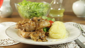 Côtelette de porc frite avec des champignons et des pommes de terre banque de vidéos