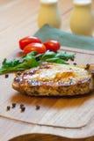 Côtelette de porc grillée juteuse (cou coupé) sur la planche à découper Images stock