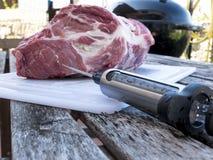 Côtelette de porc injectant avec la seringue de nourriture Photos libres de droits