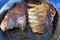 Côtelette de rôti de porc avec du miel dans un plat Photo stock