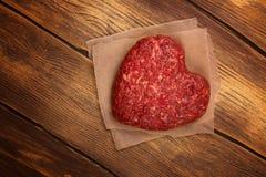 Côtelette en forme de coeur crue d'hamburger Photographie stock