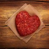 Côtelette en forme de coeur crue d'hamburger Images libres de droits