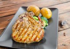Côtelette grillée avec des légumes et des pommes de terre rôties Image libre de droits