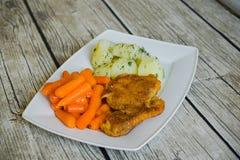 Côtelette panée avec les pommes de terre et la carotte bouillies Photo libre de droits