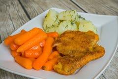 Côtelette panée avec les pommes de terre et la carotte bouillies Image libre de droits