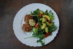 Côtelettes avec de la salade verte images stock