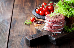 Côtelettes crues de bifteck d'hamburger de viande de boeuf haché Photos stock