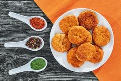 Côtelettes délicieuses juteuses de poulet frit sur le plat blanc Photographie stock libre de droits