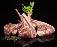 Côtelettes d'agneau crues avec des épices et des herbes Photo libre de droits