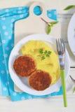 Côtelettes de poissons avec de la purée de pommes de terre photographie stock
