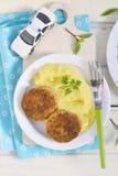 Côtelettes de poissons avec de la purée de pommes de terre images stock