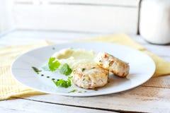 Côtelettes de poissons ou de poulet avec de la purée de pommes de terre Images stock