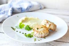 Côtelettes de poissons ou de poulet avec de la purée de pommes de terre Image stock