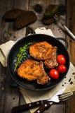 Côtelettes de porc de BBQ dans le lustre doux photos libres de droits