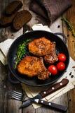 Côtelettes de porc grillées épicées dans la poêle photographie stock libre de droits