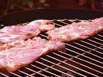 Côtelettes de porc sur le barbecue Photos libres de droits
