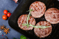Côtelettes de rôti sur la casserole de gril Photographie stock libre de droits