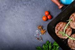 Côtelettes de rôti sur la casserole de gril Photographie stock