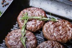 Côtelettes de rôti sur la casserole de gril Photos stock