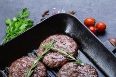 Côtelettes de rôti sur la casserole de gril Image libre de droits