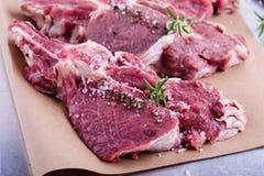 Côtelettes de veau organiques crues Images stock