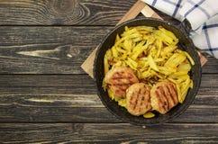 Côtelettes de viande avec les pommes de terre frites photos stock