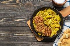 Côtelettes de viande avec les pommes de terre frites images stock