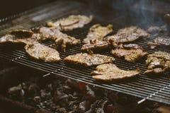 Côtelettes de viande de porc sur le barbecue Image libre de droits