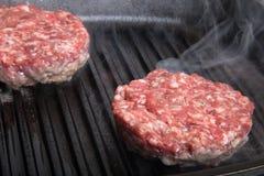 Côtelettes de viande fraîche dans un gril de poêle Photographie stock libre de droits