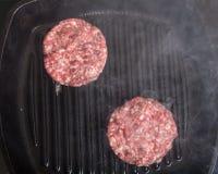 Côtelettes de viande fraîche dans un gril de poêle Images libres de droits
