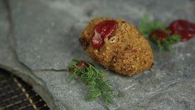 Côtelettes faites maison de viande avec le persil sur la pierre, versée au-dessus du ketchup de nourriture banque de vidéos