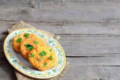 Côtelettes frites de pois d'un plat et sur un fond en bois avec l'espace de copie pour le texte Côtelettes chaleureuses cuites av Photographie stock libre de droits